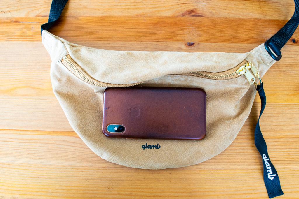 スエードのボディバッグ グラム(glamb)コニーウエストポーチ iPhoneと比較